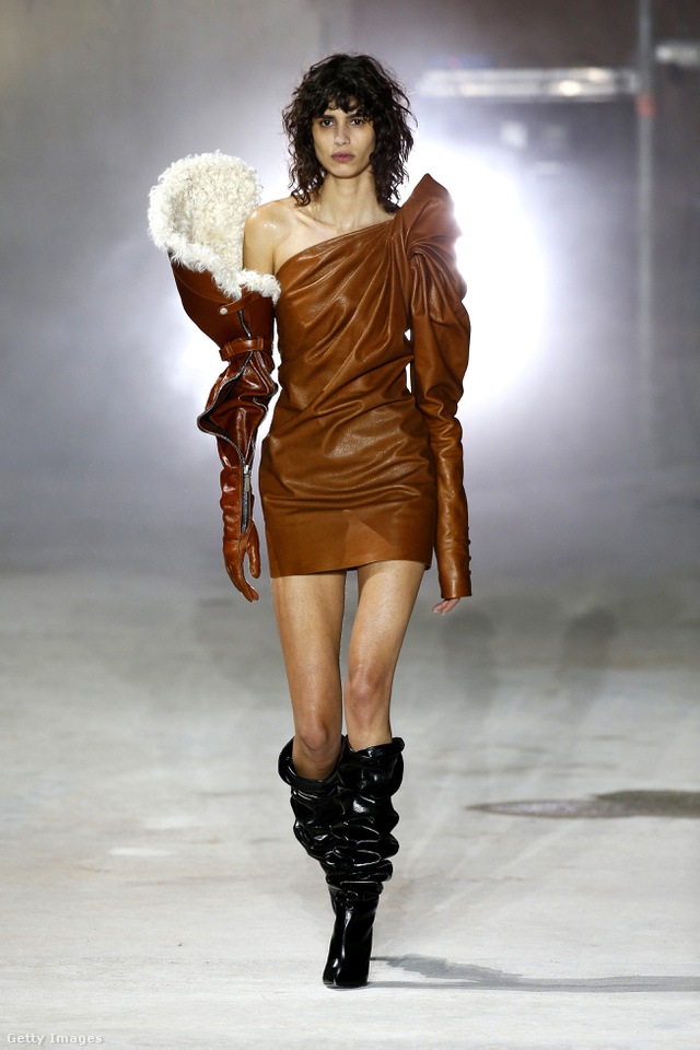 Talán ez volt a Sait Laurent ház egyik legemlékezetesebb ruhadarabja a szezonban.