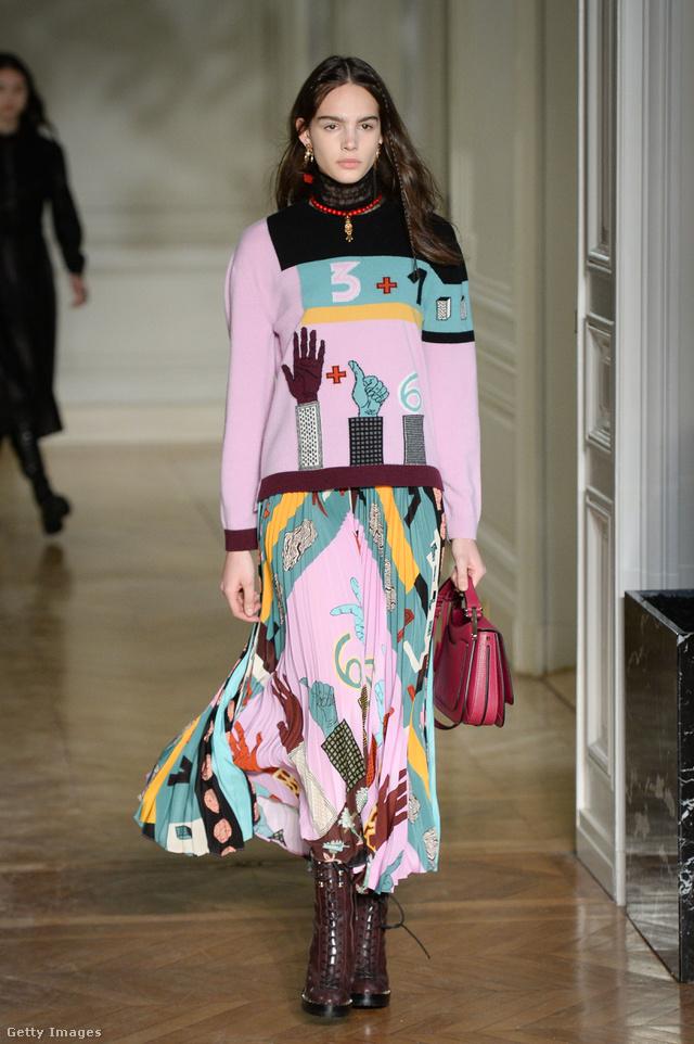 A Valentino szerint is szükségünk lesz legalább egy kéz nyomatos ruhadarabra az ősszel.