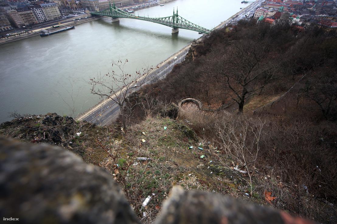 Sajnos nem. Az első kilátóhely panorámáját szemétszőnyeg rombolja, amin a háttérben nyújtózó Szabadság híd sem tud segíteni. A kis terasz kedvelt italozóhely lehet.