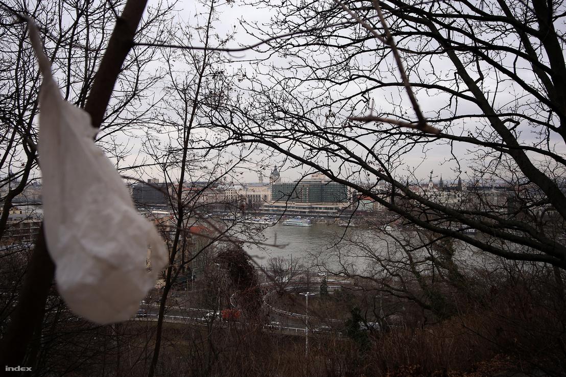 Látványsorrend: faágon lengedező nejlonszatyor, Bazilika, Hotel Marriott. Csupa szép, budapesti jelkép.