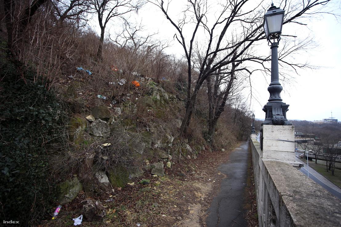 A Tabánra ráforduló turistaút végén egy újabb halom hulladék búcsúztatja a sétálgatókat, nehogy véletlenül megfeledkezzenek arról, amit láttak.