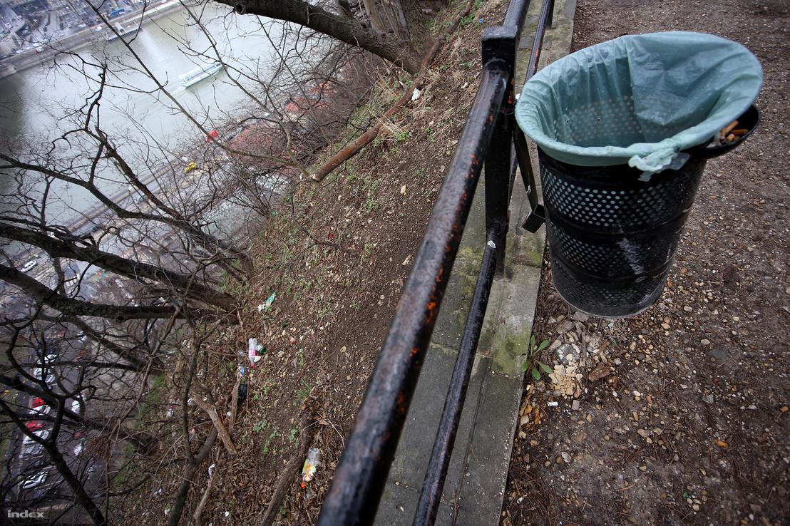 Hiába teszik ki a szemeteskukát, üresen ásítozik. A hulladékot valahogy jobban esik az embereknek a meredek hegyoldalra eldobálni. Annál nehezebb lesz begyűjteni.