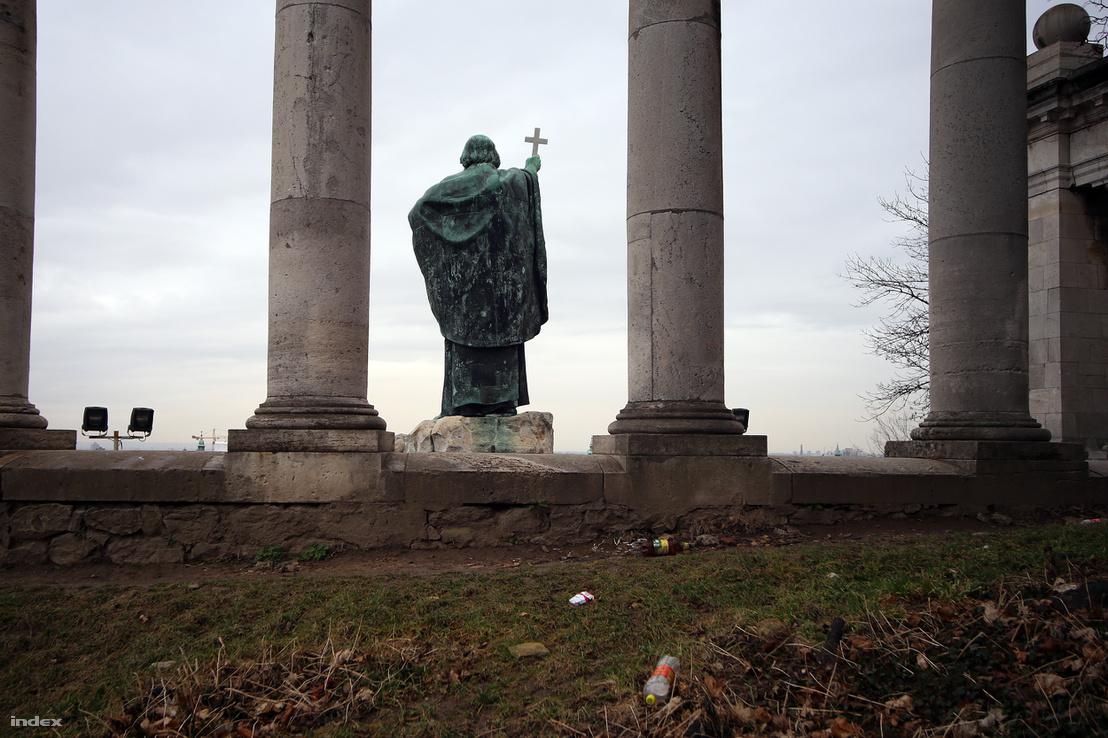 Szent Gellért püspök szobra nem is sejti, micsoda szemetelés folyik a háta mögött.