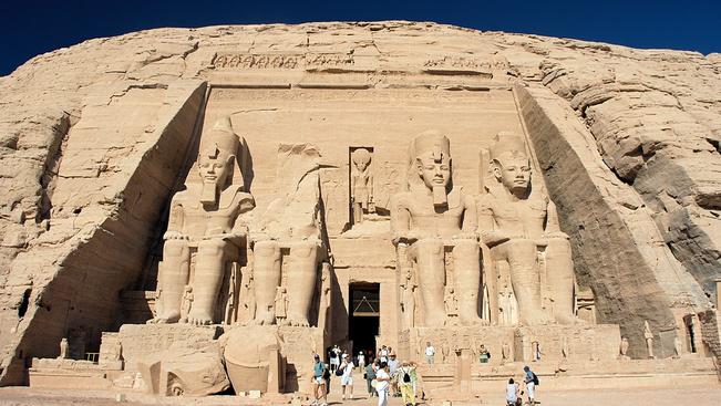 8 méteres fáraó II. Ramszesz fáraó óriás szobrára bukkantak Kairóbantaláltak egy kairói szegénynegyedben