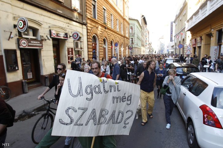 Az origo.hu távozó fõszerkesztõje, Sáling Gergő melletti szimpátiatüntetés résztvevõi vonulnak Budapesten az Origo szerkesztõségétõl a Dob utcában 2014. június 3-án.