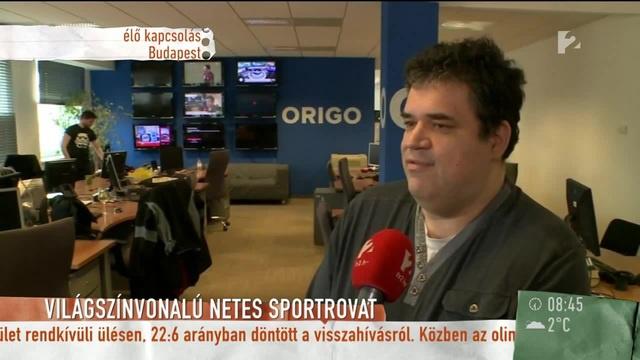 Egy kirúgott origós pakol, miközben Lantos Gábor élő adásban mondja el, hogy az Origo sportrovata világszínvonalú