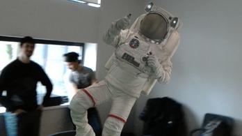 Mit keres egy űrhajós az irodámban?