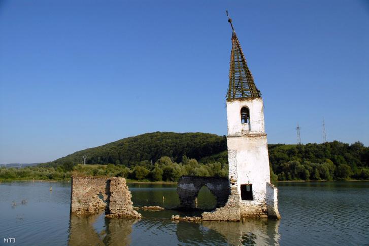 Bözödújfalu egykori temploma 2014-ig dacolt az idővel, akkor összedőlt, ma már nem látható a víztározóból kimeredő templomtorony.