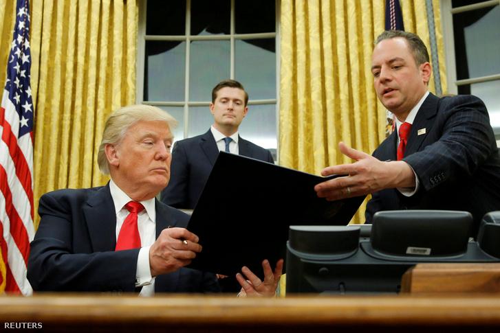 """Donald Trump és Reince Priebus megbeszélése az """"Obamacare"""" néven ismert egészségbiztosítási rendszerről 2017. január 20-án"""
