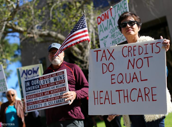 Obama egészségügyi reformjainak visszavonása ellen tüntettek Vista Californiában 2017. március 7-én