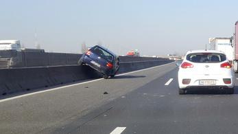 Felszaladt a betonkorlátra egy autó az M0-s úton, dugó alakul