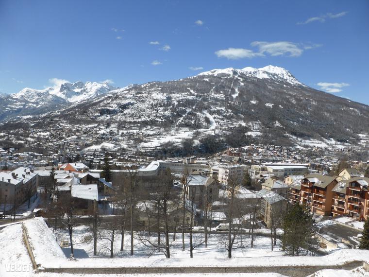 A városhoz legközelebbi sípálya, ami Briancon központjából is szinte mindenhonnan látszik, így szokott kinézni, amikor van hó rendesen.