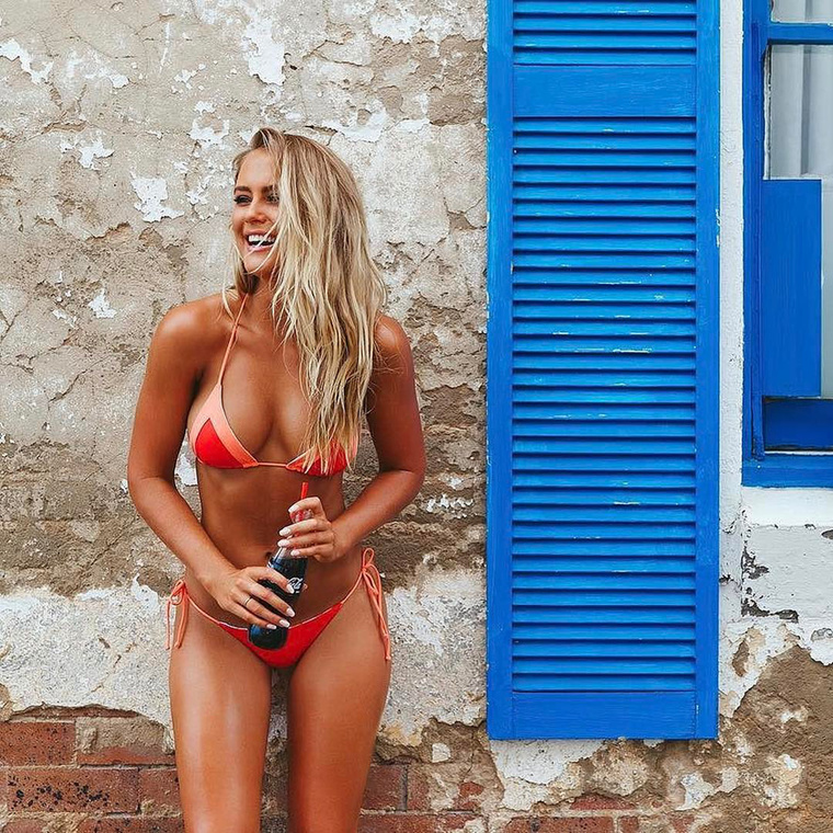 Azon túl, hogy az ott élőket számos veszélyes állat akarja megcsípni, megmarni vagy megenni, Ausztrália főleg arról híres, hogy különösen jól teljesít az egy főre jutó bikinis lányok vonatkozásában
