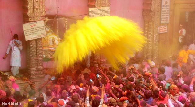 Most mindenki sárga lesz: Mathura a színek fesztiválján
