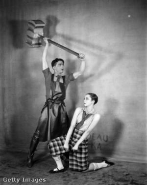 Leonide Massine egy hatalmas kalapácsot tart Alexandra Danilova feje fölé az Acéllépés című balettban