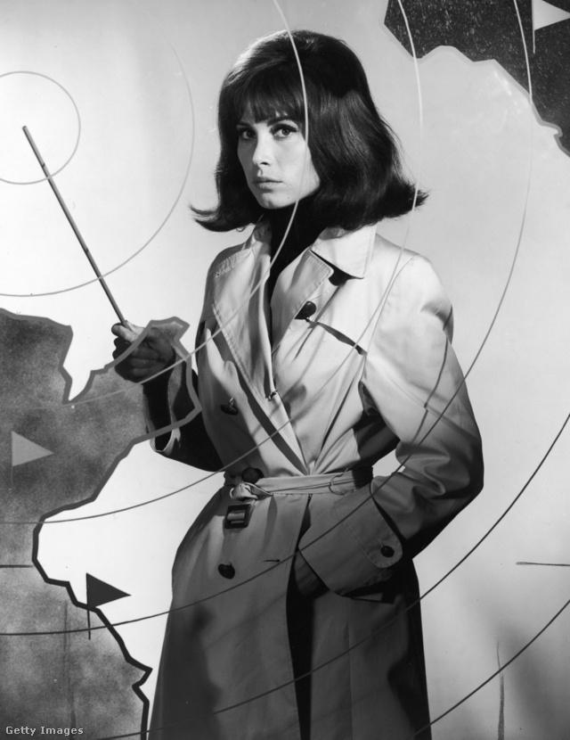 Az amerikai színésznő, Stefanie Powers viharkabátban pózolt egy 1966-os filmben.