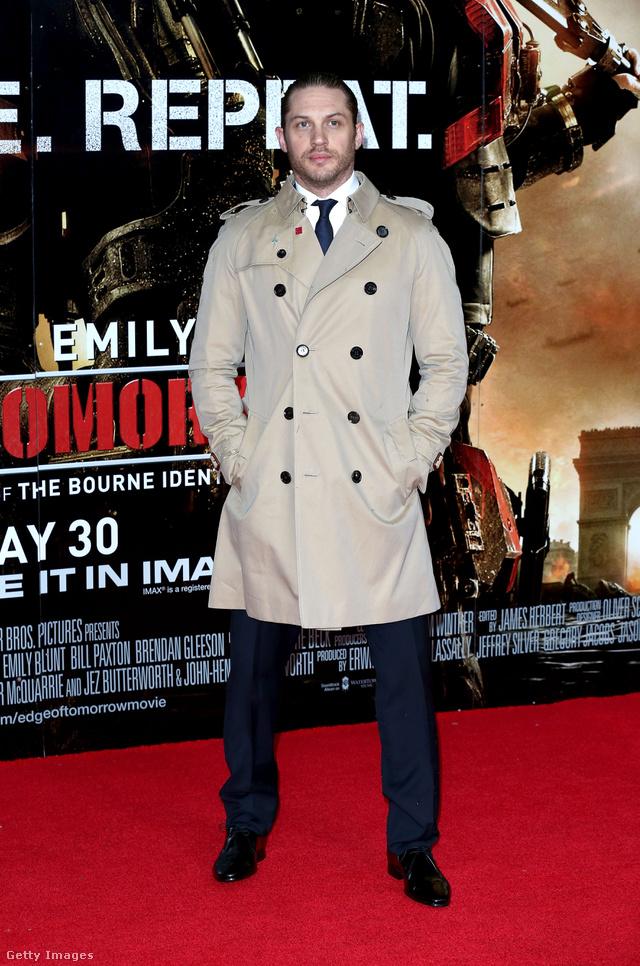 Tom Hardy a holnap határa című film londoni premierjére érkezett Burberry kabátban.