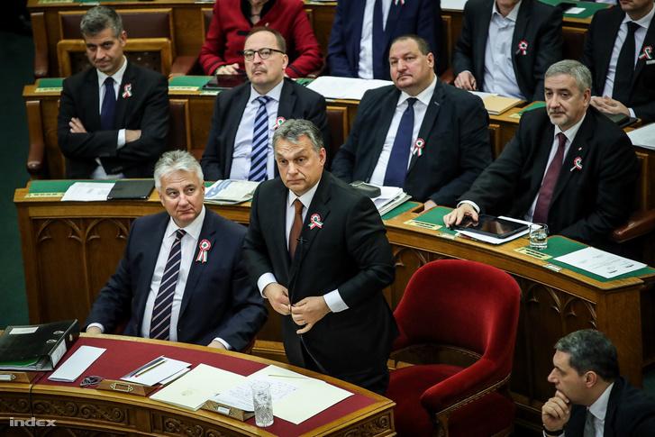 És aki válaszol: Orbán Viktor