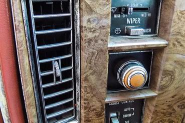 Felül az ablaktörlő kapcsolója, középen a lámpáé, amit kihúzással lehet kapcsolni. Alul a tempomat vezérlőegysége