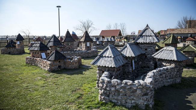 Szent István király várának makettjével bővült a dinnyési Várpark