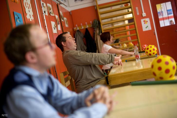 Résztvevõ a Felnõtt Nevelési Egység foglakozásán a Nemzetközi Petõ Intézetben 2012. április 12-én.