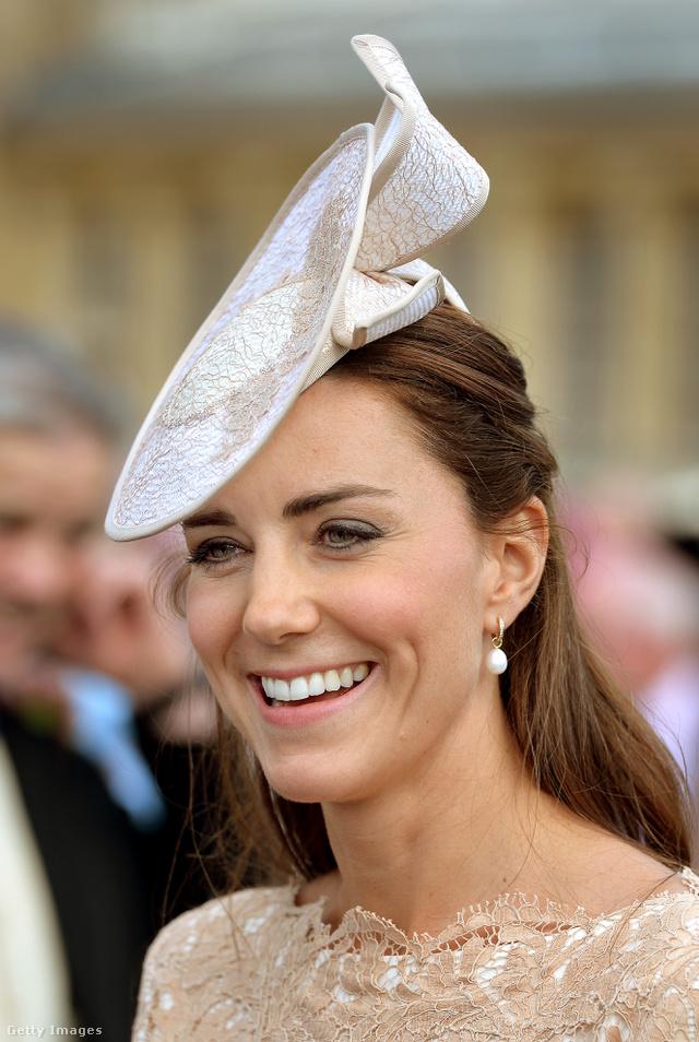 Katalin hercegné gyöngyfülbevalóval II.Erzsébet királynő Buckingham-palotában tartott kerti partiján 2014 júniusában.