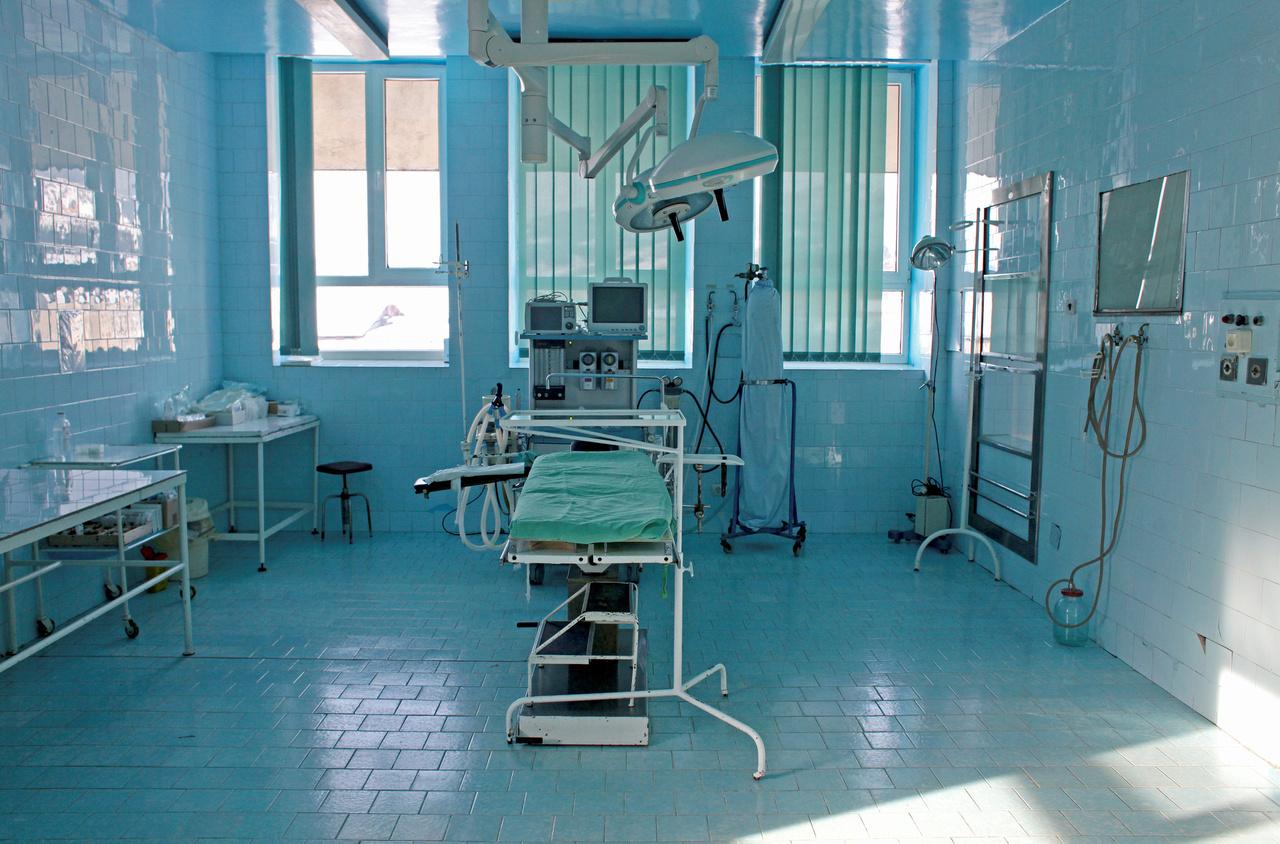 Viszont nagyon kevés fiatal orvos marad, legtöbben amint tehetik, lelépnek Romániából. Könnyen találnak külföldön munkát, ugyanis például Kolozsváron is több olyan ügynökség működik, amelyek kifejezetten nyugat-európai országok kórházaiba toboroznak munkaerőt. A fotón az erdélyi Borsa város kórházának sebészeti vizsgálója látható, meglehetősen elavult eszközökkel.