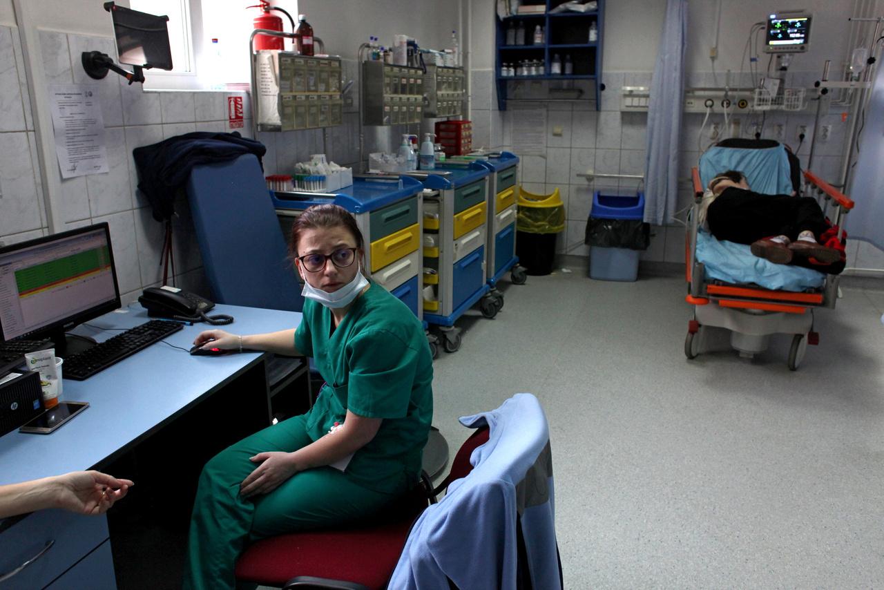 A román rendszerben – csak úgy, mint a magyarban – az orvosok hat éven keresztül járnak egyetemre, és azután három-öt éven keresztül rezidensként kórházakban töltik gyakorlati éveiket, hogy elmélyítsék a tanulmányaik során szerzett tudást. Ekkor már betegeket kezelnek, de az idősebb orvosok felügyelete alatt dolgoznak.
