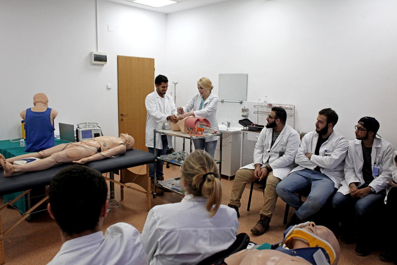 6600 hallgató tanul a kolozsvári orvosi egyetemen. Alig valaki marad, a Reuters szerint Romániából sok tízezer orvos, nővér, fogorvos és gyógyszerész ment külföldre dolgozni, mióta az ország csatlakozott az Európai Unióhoz 2007-ben. A szakembereket a jelentősen magasabb fizetés, a modern infrastuktúra és a románnál sokkal jobban működő egészségügyi rendszerek csábítják. Elsősorban Franciaországba, Németországba és Nagy-Britanniába mennek.