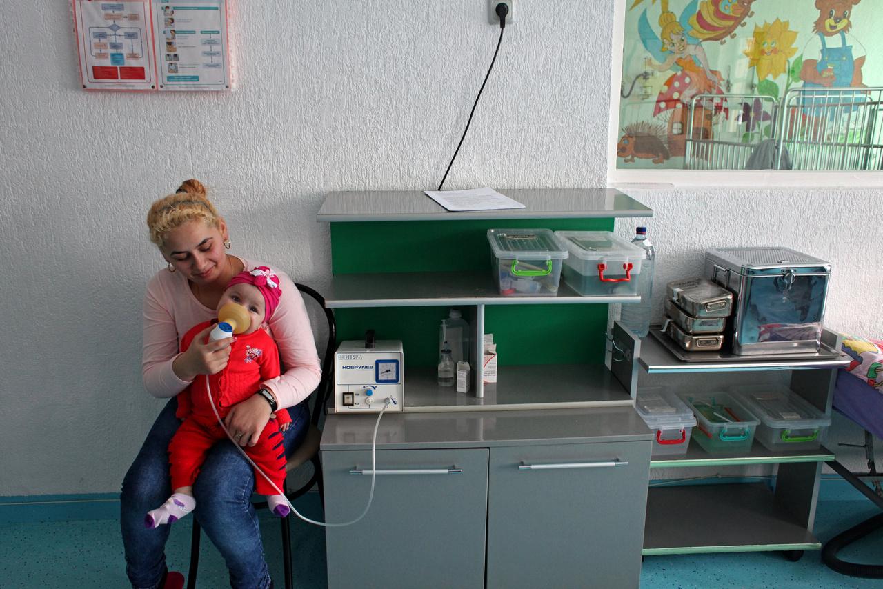 Az egészségügyi dolgozók elvándorlásának Romániában borzalmas következményei vannak. Leginkább a vidéki területeken érezhető a baj, de a válság átszövi az egész országot. Romániában van a legkevesebb orvos az EU összes tagállam közül, a kórházi pozícióknak közel fele betöltésre vár, és az egészségügyi minisztérium becslése szerint a négyből egy román állampolgár az alapvető egészségügyi szolgáltatásokhoz nem jut hozzá rendszeresen.