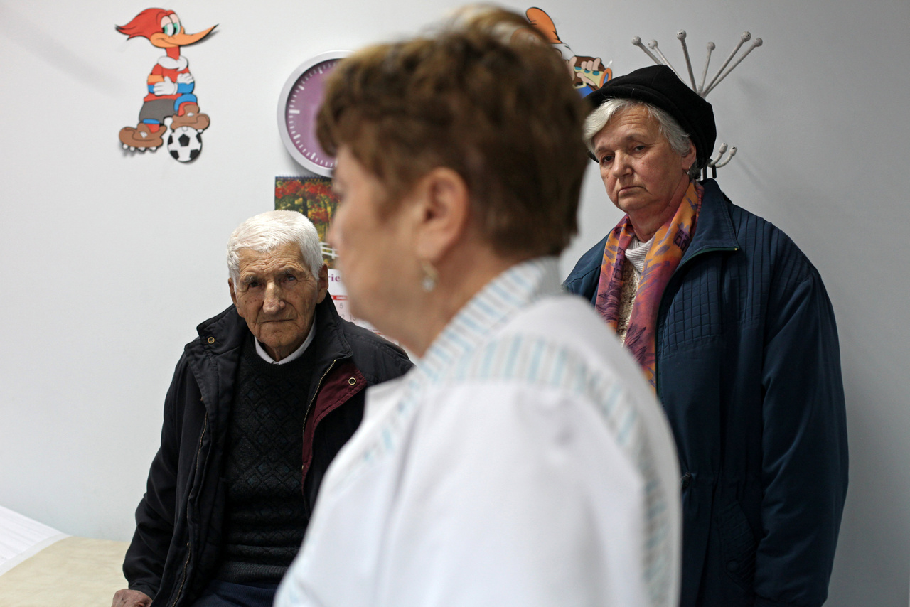Románia tesz lépéseket azért, hogy megoldja a problémát. Emelték például a fizetéseket, és 2016-ban az egészségügyi minisztérium több évre nyúló pályatervet hozott létre az egészségügyi dolgozóknak: egyszerűsített nyugdíjazással, oktatási reformmal, kedvezőbb előléptetési lehetőségekkel, és a kisebb településeken dolgozó orvosoknak megemelt pótlékokkal.                         Egyelőre nem látszik a változás, mert ezek a lépések úgy tűnik, nem versenyeznek a nyugat-európai lehetőségekkel.