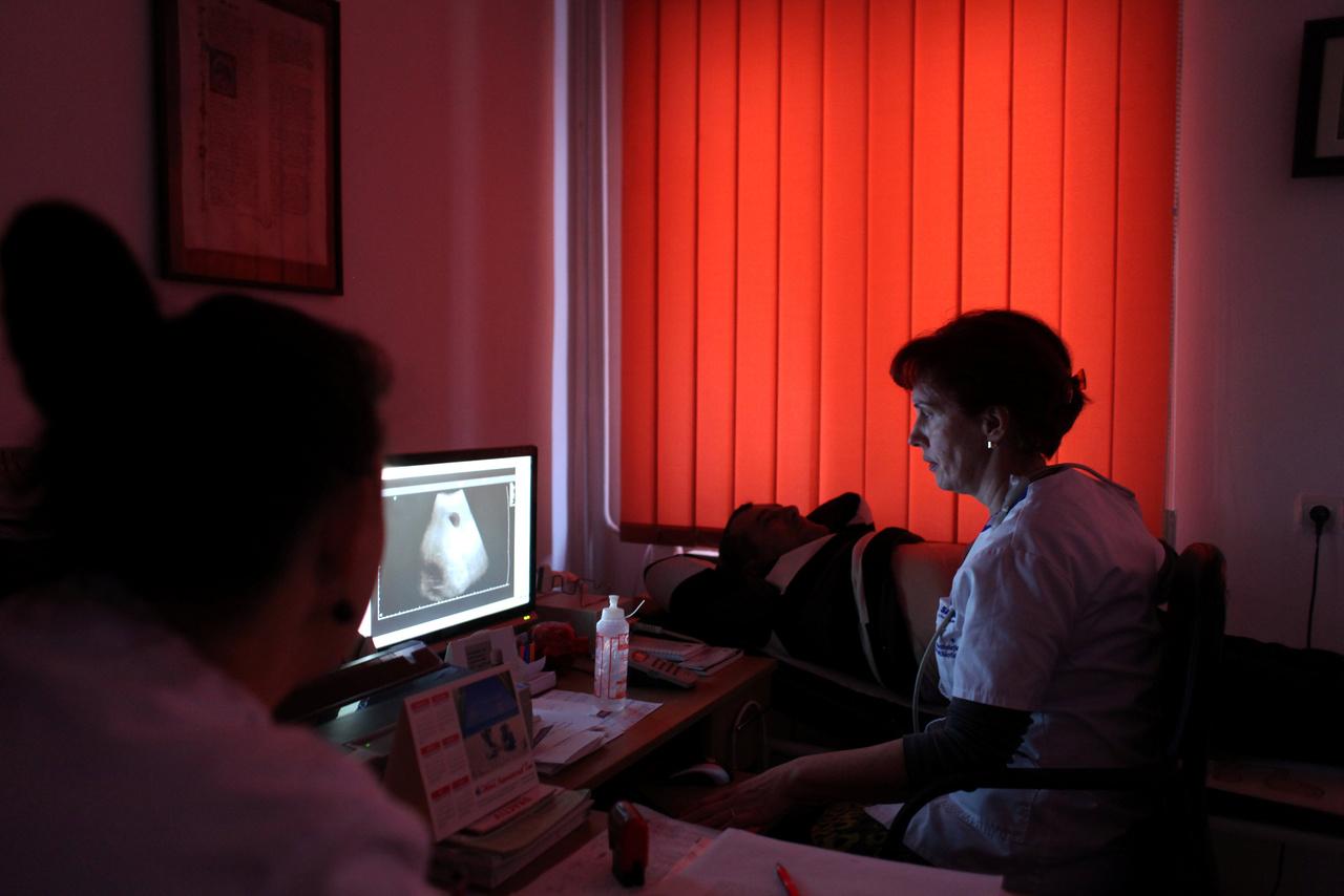 """Jakab Engya Anikó úgy tudja, létezik egy törvénytervezet arra vonatkozóan, hogy ha valaki állami finanszírozással végzi el az orvosi egyetemet, akkor a képzésének megfelelő számú évet Romániában kell dolgoznia az egyetem elvégzése után. Ez hasonló rendszer lenne, mint a magyar röghöz kötés a magyar felsőoktatásban. """"Egy másik törvénytervezet segítené a fiatal családorvosokat a praxis megvásárlásában. """"Első praxis"""" lenne a neve, de ez elakadt a legutóbbi egészségügyi miniszter-váltáskor"""" - mondja a román családorvosok szövetségének munkatársa."""
