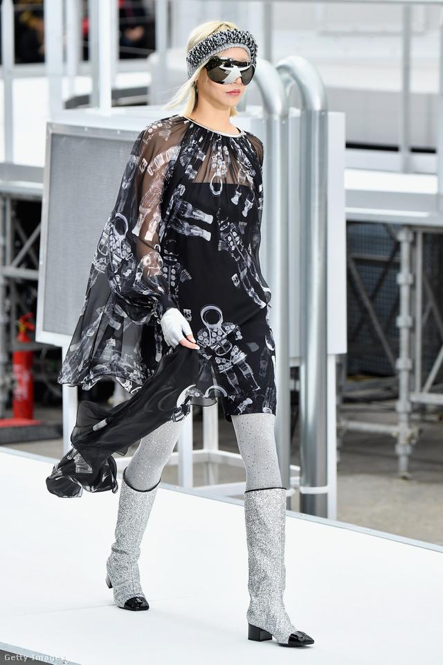 Fekete lakk orral mutatta be csillámos csizmáját a Chanel.