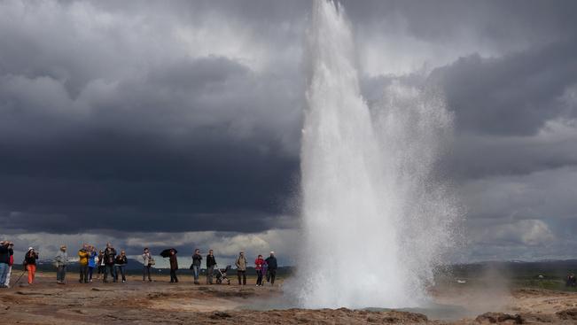 Izland egy falut épít népszerű látványossága mellé