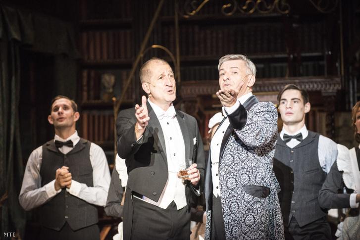 Cserna Antal (b) Pickering ezredes és Alföldi Róbert (j) Henry Higgins szerepében a My Fair Lady című musical próbáján a budapesti Centrál Színházban 2016. szeptember 28-án.