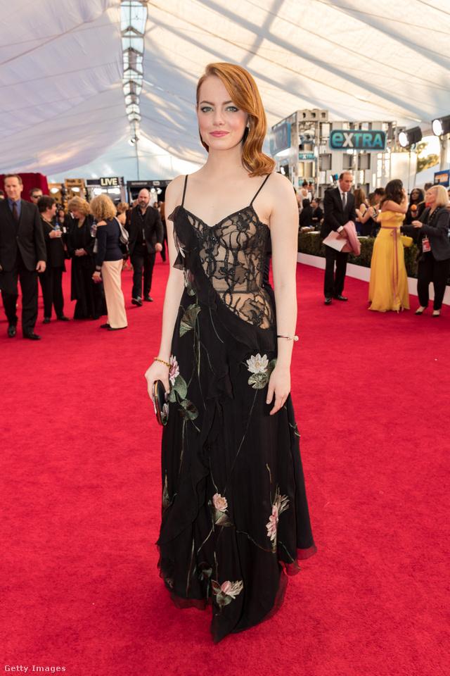 Azon viszont kicsit meglepődtünk, hogy Emma Stone is bevállalt egy ilyen villantós Alexander McQueen ruhát.