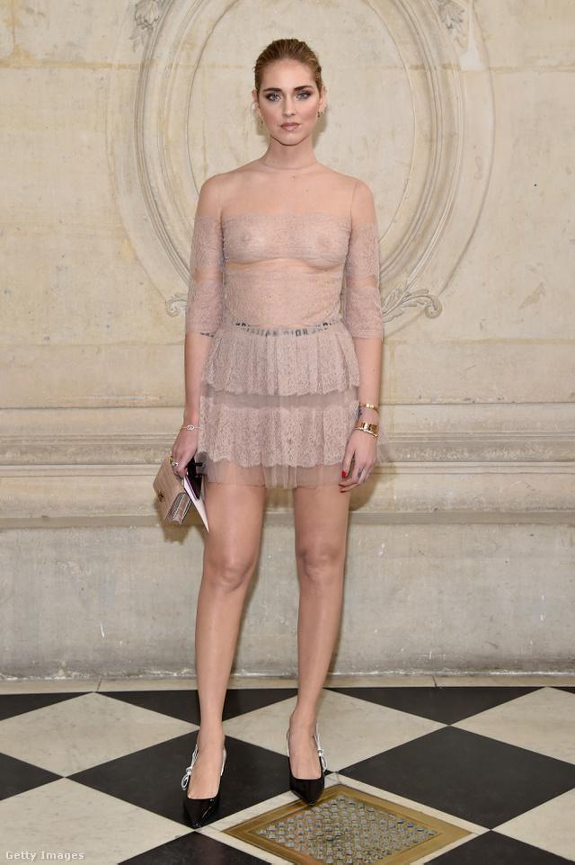 Az olasz celeb-blogger, Chiara Ferragni fehérnemű nélkül viselte a nude színű Dior ruhát a párizsi divathéten.