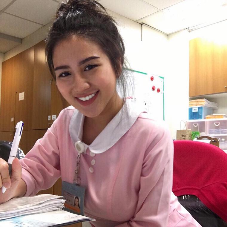 A lány Tajvanon él, és valahogy így fest munka közben.