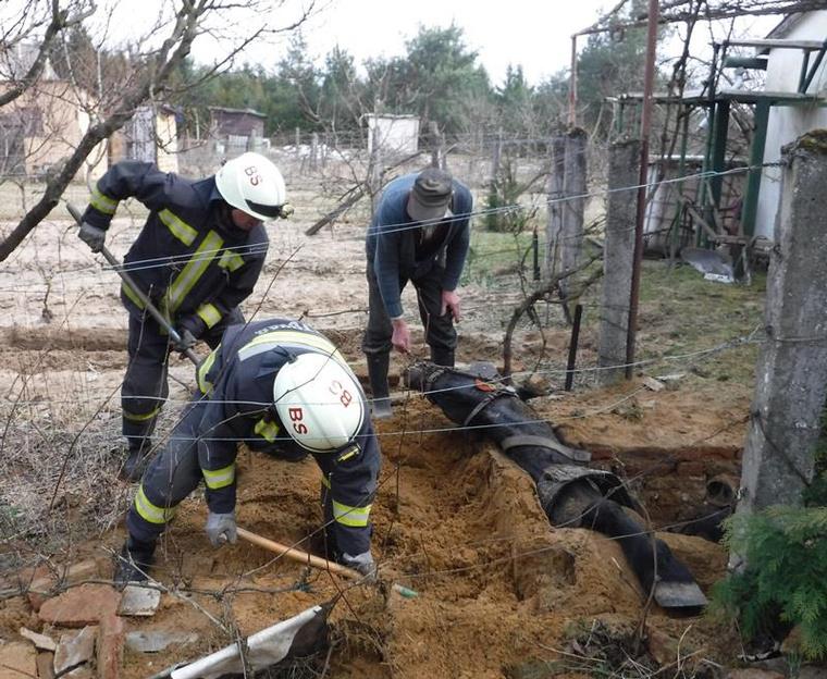 A szőlőt szántotta a Barcs mellett található középrigóci telkén egy férfi szerda délután, amikor lova egy másfél méter mély, téglafalú szennyvízgödörbe esett.