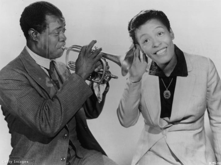 Billie Holiday Louis Armstrong játékát élvezi - Képünk illusztráció