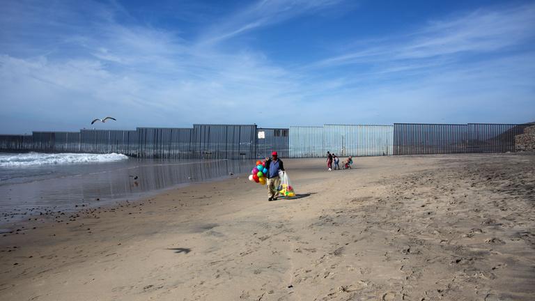 3200 km hosszan verne éket Mexikó felé Trump