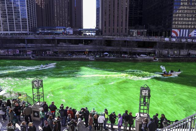 Chicago folyója a Szt. Patrik-napi parádé alatt