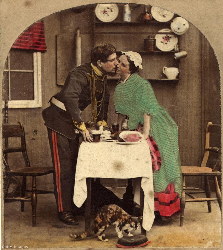 Ezen az 1887-es, utólag kiszínezett képen is nagyon vonakodik a puszival ez a kisasszony
