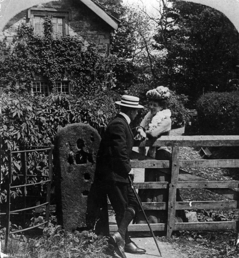 Ezen az 1901-es képen a fiatalember a szó szoros és átvitt értelmében is udvarol.