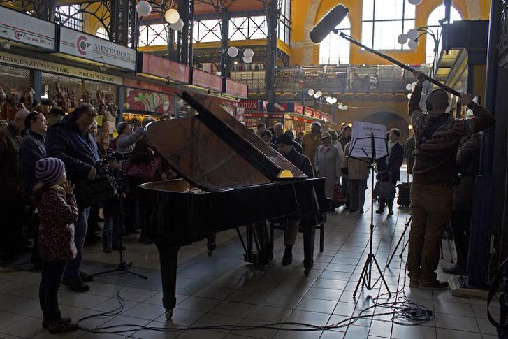 Bach Mindenkinek 2015 – Fülei Balázs a Fővám téri vásárcsarnokban zongorázik