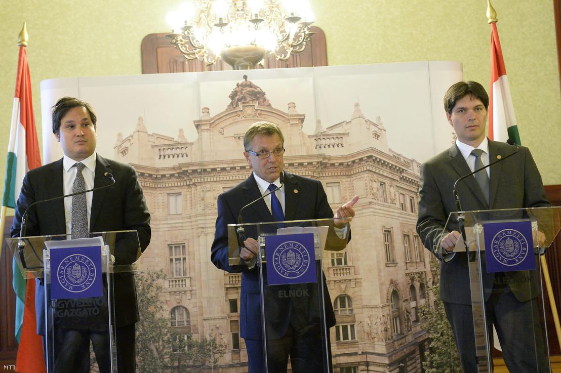 Matolcsy György, a jegybank elnöke (k) valamint Balog Ádám alelnök (j) és Nagy Márton pénzügyi stabilitásért és hitelösztönzésért felelõs ügyvezetõ igazgató (b) sajtótájékoztatót tart a Magyar Nemzeti Bank (MNB) budapesti székházában 2013. szeptember 11-én