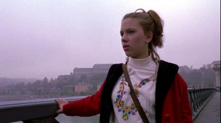 Scarlett Johansson a Magyarországon, magyar rendezővel forgatott Amerikai rapszódia című filmben.