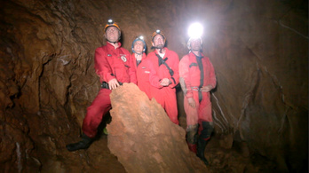 Kéktúra a föld alatti cseppkő-ösvényen