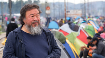 Menekültekkel teli csónakot állított ki Prágában Aj Vej-vej