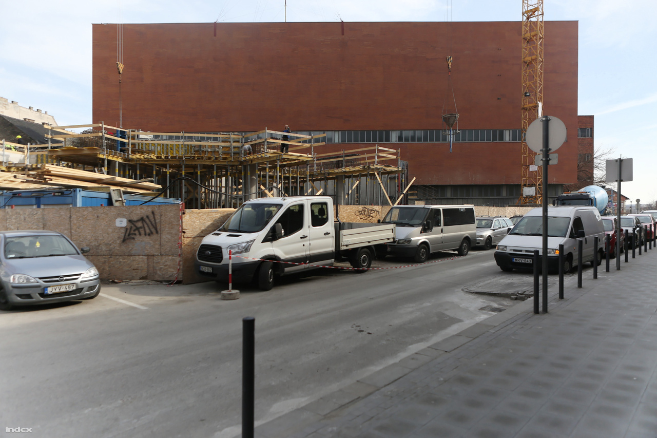 Ötven évvel felépülte után a Léstyán Ernő által tervezett modern épület főhomlokzata el fog tűnni a szem elől, ugyanis az elé épülő szállloda eltakarja majd.